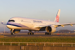 B-18905, Airbus A350-941, China Airlines (Freek Blokzijl) Tags: chinaairlines dynasty airbusa350 amsterdamairport schiphol eham departure taxiwayv taxien winterlight sunset planespotting canon eos7d vliegtuigspotten 70200l28isusm a350941 lowlight