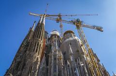 La Sagrada Familia (panos_adgr) Tags: sonya6000 barcelona la sagrada familia blue sky architecture gothic antoni gaudi spain colours crane