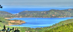 * Isola d'Elba: vista panotamica da un promontorio * Panoramic view from a headland * (argia world 1) Tags: promontorio headland vistapanoramica panoramicview isoladelba bosco wood alberi trees mare sea case houses cielo sky barche boats