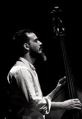 Cando o silencio tamén é música (carlosdeteis.foto) Tags: carlosdeteis galiza galicia josémanueldíaz jazz contrabaixo