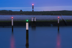 the green nerd (Blende1.8) Tags: lighthouse leuchtturm nieuwpoort belgium belgien kanal canal nordsee northsea westflandern westvlaanderen seascape landscape bluehour blauestunde water wasser abend evening summer sommer red green rot grün aussenseiter sony alpha a7ii a7m2 ilce7m2 fe 85mm