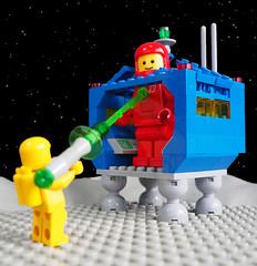 Expand-o-Ray (David Roberts 01341) Tags: lego classicspace spacemen spacebase craterplate minifigures raygun giant