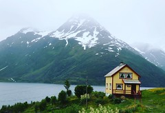 Tiniest town ever (Yvan S) Tags: français matin neige norvège isolée jaune beau mer seule paysage montagne maison nice mount dwelling place home norwegian photo landscape 77d canon cloudy fjord sea lonely alone beautiful yellow isolated house french norway snow cold morning mointain