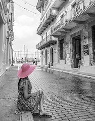 Panamá BW (Paolo_Riquelme_Quiroz) Tags: calle girl mujer chica hermosa sombrero rosado pink hat panamá ciudad city street beautiful bw bn black white blanco y negro canon 5d mark iii viaje casco historico people retrato portrait