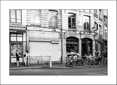A chacun sa vie ... (Panafloma) Tags: arras streetphoto streetphotography france fr hautsdefrance restaurant personnes shopping bw noiretblanc noiretblancfrance
