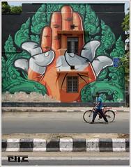 La main de Delhi - Delhi street art (Philippe Cottier (PH.C)) Tags: inde india streetart newdelhi delhi personnage people street homme man rue bike vélo main hand mur façade wall fresque art indian defencecolony