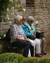 Kastelendag Baarland (Omroep Zeeland) Tags: kasteel baarland publiek dames bankje muur