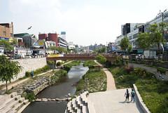 수원, Suwon, South Korea (Tiphaine Rolland) Tags: southkorea suwon korea corée coréedusud asia asie nikon d3000 nikond3000 printemps spring 대한민국 수원시 수원 river rivière eau water pont bridge