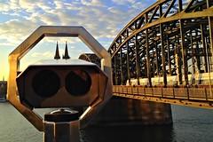 Stop 'n Watch im Abendlicht (diezin) Tags: aussichtspunkt chrom fernglass fischauge gesicht gucki icu iphone monster münzteleskop operated outdoor roboter sehenswürdigkeit telescope ausblick ausserirdische coin coinoperatedtelescope