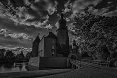 eine Burg aus alten Zeiten - Burg Gemen (gabrieleskwar) Tags: outdoor burg gemen schwarzweiss schatten wasser wasserschloss wolken