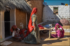 Home.   Thar desert (Claire Pismont) Tags: asie asia inde india rajasthan thardesert thar desert documentory pismont clairepismont colorful couleur color colour woman home mudhouse viajar voyage travel travelphotography travelshot veil voile