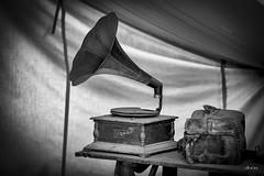 Regreso al pasado - Return to the past (*Alphotos) Tags: alphotos pasado bn bw gramófono quinqué vintage campamento