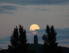 Glastonbury Moonrise (Mukumbura) Tags: fullmoon moonrise moon rising glastonburytor hill tower silhouette evening summer hilltop people astronomy festival mystical avalon glastonbury somerset england night lunar clouds sphere orb surface ruin turrets moonlight black stone waxing gibbous
