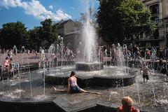 20170628-lviv (Jacek Szust) Tags: lviv lwów streetphotography jacekszust girl gymnastics fountain documentary