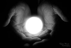 Entre tus manos (sariux_isabel) Tags: blackandwhite photographychallenge poniéndonosalcorriente day15