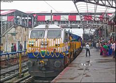 Second Mahamana Express Of IR !! (Abhishek Jog) Tags: inaugural run of the second mahamana express ir decorated et wdp4d 40244 getting ready haul newly inaugurated 22163 bplkurj sf train departed 30 mins late from bpl jn bhopal bhopaljn junction itarsi khajuraho towards nsz nishatpura bhs vidisha