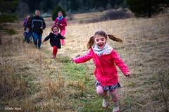 La joie de vivre (didier95) Tags: scenedevie enfant fille famille personnage joiedevivre campagne vivre vie courir