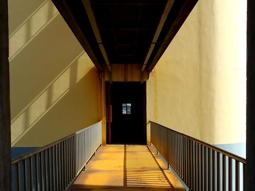 Une passerelle entre deux bâtiments