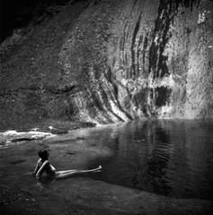 (Paysage du temps) Tags: 20161124 fp4 film ilford rolleiflex zeissplanar80mm france ain paindesucre cascade baignade eau water eté summer