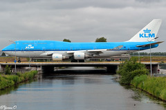 Boeing 747 crossing the bridge (Yvonne Oelsner) Tags: flugzeug plane boeing747 klm schiphol aviation airport bridge brücke