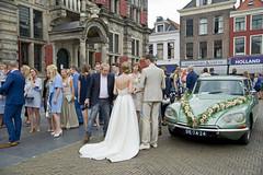 Trouwen in Delft (Mary Berkhout) Tags: maryberkhout markt delft trouwen huwelijk stadhuis bruidegom bruid bruidspaar trouwauto wedding