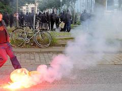 3811 Demonstration Welcome to Hell - ein kleiner Müllsack brennt qualmend, Schwarzer Block beim Protest gegen den G20 Gipfel in Hamburg. (christoph_bellin) Tags: hamburg hansestadt gipfel g20 g20gipfel regierungschefs tagungsort protest demonstration welcometohell welcome hell kleiner müllsack brennt qualmend schwarzer block