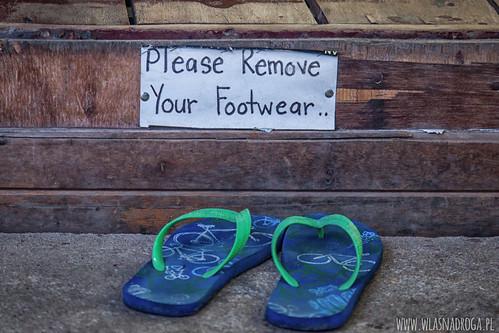Przed wejściem do sklepu zdejmij buty