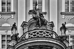 Über dem Portal (Helmut Reichelt) Tags: bw sw passau altstadt residenzplatz neueresidenz portal figuren architektur donauradwanderweg niederbayern bavaria deutschland germany leica leicam typ240 captureone10 silverefexpro2 leicasummilux50mmf14asph dxoviewpoint3