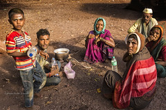 MAHAAKUTA : UN DIMANCHE AU TEMPLE (pierre.arnoldi) Tags: inde india pierrearnoldi badami mahaakuta photodefamille portraitdhomme portraitdefemme portraitsderue photoderue photooriginale photocouleur karnataka