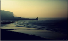 Inspiration... (Nanouch@) Tags: paysage paisaje landscape nature mer sea mar falaise phare vagues reflets reflectos reflections sunset brume faro harbor port puerto mist plage beach playa rivage naturaleza melancoly mélancolie monochrome francia france normandy normandie