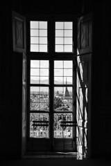 Da una stanza - From a room. (sinetempore) Tags: biancoenero blackandwhite finestra window luce light ombra shadow torino turin sesia chair moleantonelliana camera stanza room daunastanza fromaroom
