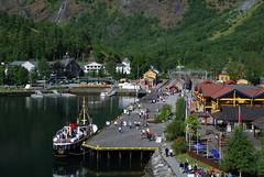 Flaam (Noruega, 25-6-2008) (Juanje Orío) Tags: noruega flaam 2008 fiordo barco costa tren bandera norge norway flag mar sea agua water europa europe