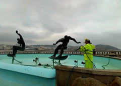 Clean up for the summer. (Dirk Bontenbal) Tags: huaweiy625 seaside arte streetphotography surfing surfers clouds nubes cleaning limpiando coruña lacoruña