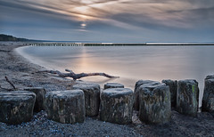 Sunset in Glowe  / Rügen (drummerwinger) Tags: rot rügen buhnen canon700d sigma wasser water himmel sky clouds ostsee urlaub dunkel hell sea strand beach ast baum