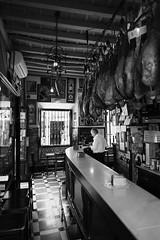 Centro de Sevilla -  Bar en el Barrio de Santa Cruz -  Cargado de buenos Jamones. (manomesa) Tags: centro byn blanco y negro jamones bar andalucia fujixpro1 4 fujinon1614
