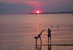 Ob der Handstand gelingt? (K.S64) Tags: sonnenuntergang sunset bodensee bregenz lakeconstance