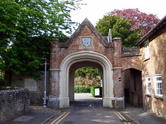 GOC Tring & Wendover Woods 140: Gatehouse to Sutton Court, Tring (Peter O'Connor aka anemoneprojectors) Tags: 2017 arch architecture building england gate gatehouse goctringwendoverwoods goc gayoutdoorclub grade2listed grade2listedbuilding gradeiilisted gradeiilistedbuilding gradetwo gradetwolisted gradetwolistedbuilding hertfordshiregoc gochertfordshire listed listedbuilding outdoor panasoniclumixdmcfz72 panasonic lumix dmcfz72 suttoncourt tring uk unitedkingdom gbr