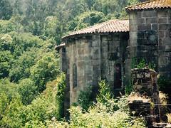 Abside de la iglesia del antiguo Monasterio de Carboeiro. (lumog37) Tags: romanesque románico iglesia church ábside apse arquitectura architecture forest monasterios monastery