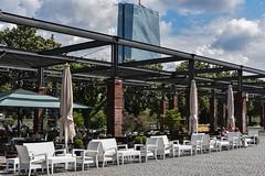 2017 Gang und Gäbe in Frankfurt (mercatormovens) Tags: frankfurt city grosstadt deutschherrnufer sachsenhausen restaurant mainufer lokal gartenmöbel