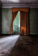 Entreabierta (Perurena) Tags: ventana window cortina decoracion casa house quinta palacio abandono decay luz light sombras shadows urbex urbanexplore