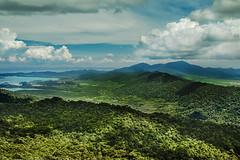 Regenwald - Rainforest (Jutta M. Jenning) Tags: pulaulangkawi langkawi malaysia insel wasser natur nature regenwald himmel wolken landschaft landscape urlaub tourismus blick aussicht ausblick berge mountain tree trees baum baeume cloud clouds green gruen sky dschungel jungle rainforest canon eos70d