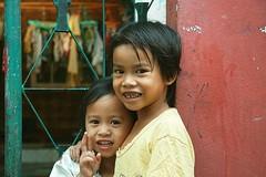 losing teeth (the foreign photographer - ฝรั่งถ่) Tags: boy girl neighbors peace sign khlong thanon portraits bangkhen bangkok thailand canon kiss