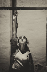 Ve hacia la luz (Mishifuelgato) Tags: ir ve hacia la luz nikon d90 50mm 18 noche portrait photography fotografía retrato chapado sepia pose san vicente del raspeig photooftheday pickoftheday portraiture portraitoftheday night come light woman mujer alicante españa spain photoshoot bw blancoynegro mystery misterio