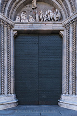 DSC_4564-Edit (danieleeffe1) Tags: italymay2017 porta door details dettagli marmo marble blue ombra shadow como duomo dome citta strade streets city holiday vacanze girovagando architecture architettura