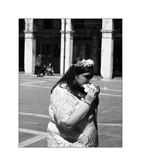 Sandwich portrait (Franco & Lia) Tags: street fotografiadistrada photographiederue venezia venice veneto panino sandwich biancoenero blackandwhite noiretblanc rialto