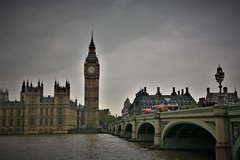 An English summer rain | Big Ben (London) (Photography by Eric Hentze) Tags: london londoncity greatbritain greaterlondon uk untiedkingdom grosbritannien england city capital hauptstadt metropole summerrain rain summer travel flickrtravelaward trüb gloomy englishsummerrain bigben sky darksky cloud bus westminster houseofparliament water dark sightofthecity pointofinterest erichentze nikond7100 nikon d7100 2017 april sight outdoor