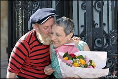 Tendresse. (gérard lavalette) Tags: couple mariés amoureux tendresse bouquetdefleurs paris montmartre justmarried gérardlavalettephotographe