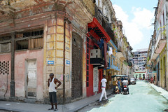 One way or another ! (emerge13) Tags: centrohabanacuba architecturaldetails architecturalheritage cubaarchitecture doors habana havana havane walls streetlife streets people street rue