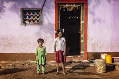 MAHAAKUTA : VIE DE FAMILLE (pierre.arnoldi) Tags: inde india pierrearnoldi mahaakuta badami karnataka viedefamille portraitdenfants photoderue photooriginale photocouleur portraitsderue