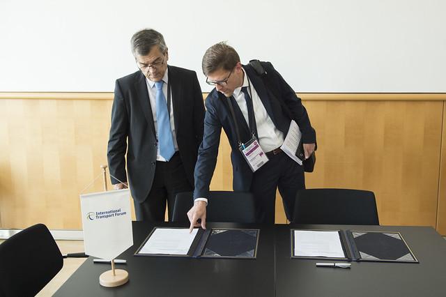 José Viegas discussing the memorandum with Philippe Crist
